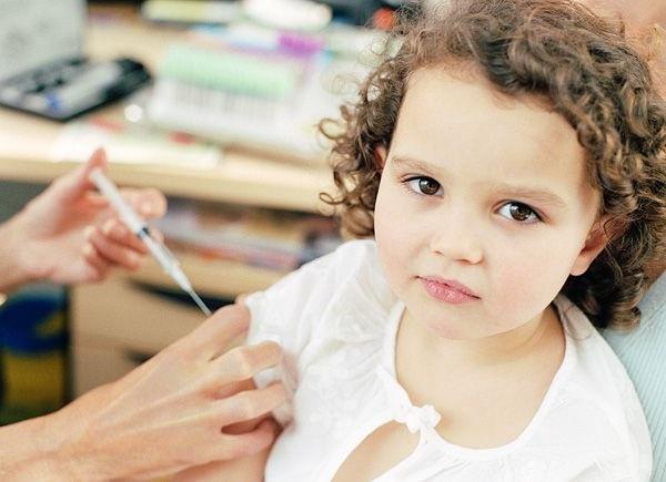 делать ли прививки, прививка АКДС