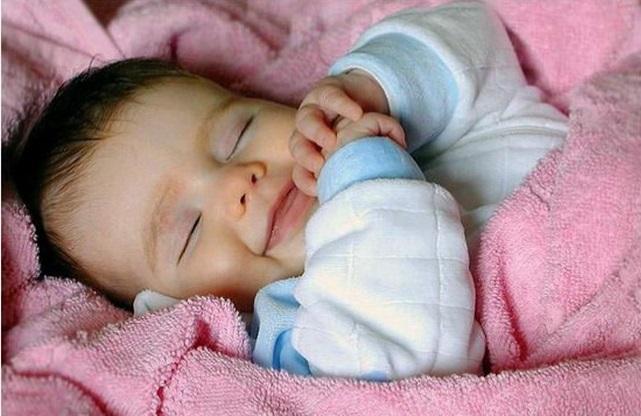 Почему грудной ребенок улыбается во сне